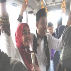 Kasih Papa, Sekko dan istri Naik Bus TMP Ke Kantor