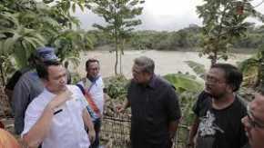 SBY Kunjungi Warga Korban Banjir, Sarankan Pasang Tanggul