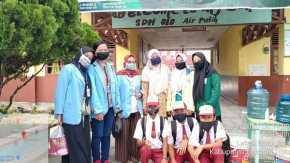 Membagikan Masker dan Melakukan Pengecekan Suhu di Sekolah Dasar