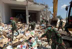 Pengungsi Korban Gempa Lombok Mulai Bersihkan Rumah