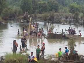 Ribuan masyarakat dari berbagai desa mengikuti acara maawuo atau menangkap ikan di sungai Tombang