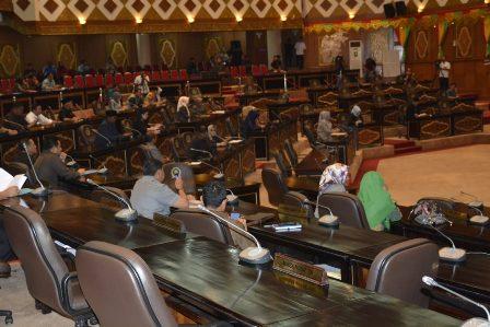 Paripurna DPRD Riau dengan agenda Penyampaian Pandangan Umum Fraksi