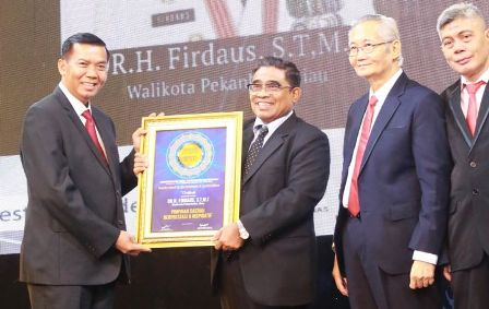Walikota DR H Fidaus ST MT menerima Penghargaan Indonesia Property&bank Award XII 2017