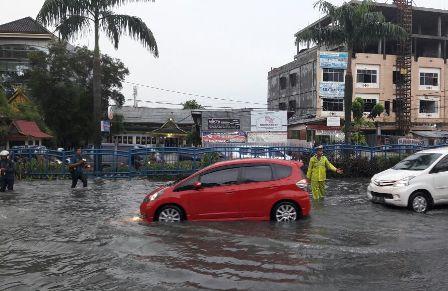 Setiap Hujan Satlantas Pekanbaru Sibuk Mengatur Lalin Jalan Tergenang Banjir