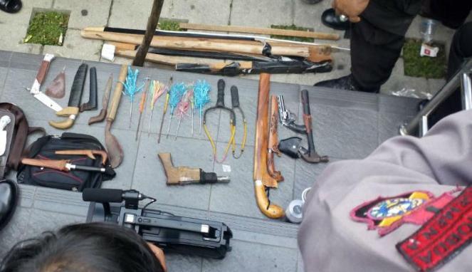 HMI Makassar Dari Senjata Tajam, Senjata Api Rakitan Hingga Botol Diduga Berisi Racun