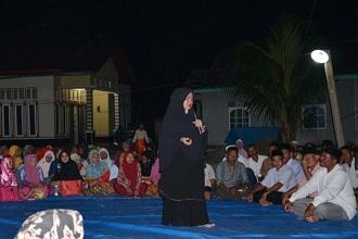 Demi Silaturahmi Bersama Warga, Malam-malam Eva Yuliana Naik Rakit