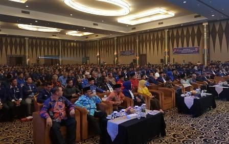 Syamsuar-LE Duduk Berdekatan Di Kursi Kehormatan Pada Rakorsus Nasdem Riau