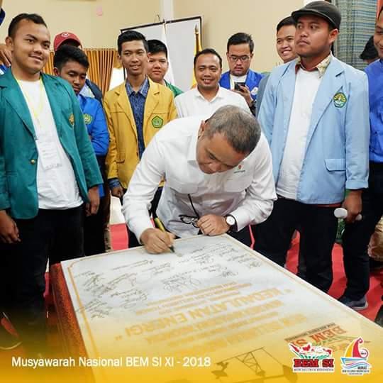 Resmikan Monumen Kedaulatan Energi dalam MUNAS BEM SI XI di Pekanbaru.