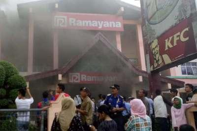 17 Mobil Damkar Dikerahkan Padamkan Kebakaran Ramayana