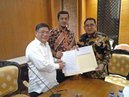 DPRD Riau Serahkan Petisi Mahasiswa UIR ke SetNeg dan DPR RI