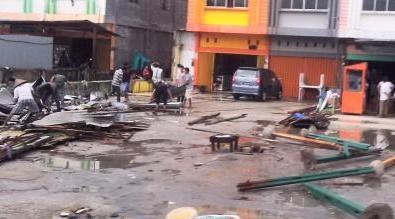 Hujan Disertai Angin Kencang Porak-porandakan Sejumlah Bangunan Kayu Di Panam