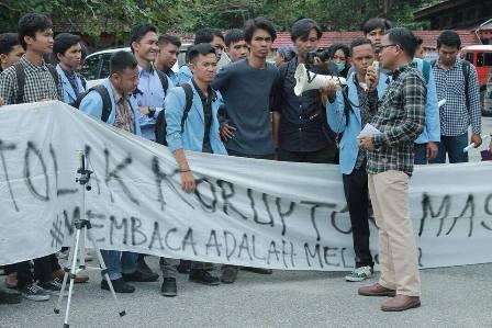 Tuntut Transparansi Anggaran, Mahasiswa FISIP UR Demo Pihak Dekanat