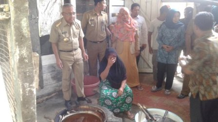 Dekat Dengan Rakyat, Gubernur Riau Ikut Goreng Kerupuk Sagu di Kuansing