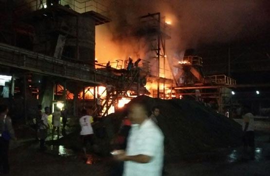 Diduga Konsleting Listrik, Sebuah Bangunan PT WJT Hangus Terbakar