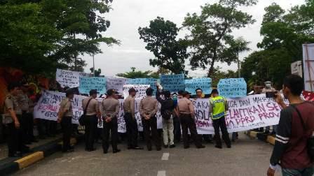 Pelantikan Istri Koruptor Sebagai Ketua DPRD Riau Didemo Pemuda dan Mahasiswa