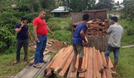 Polisi Inhu Amankan 5 Orang Sedang Bongkar Muat Kayu Olahan Jenis Kulim