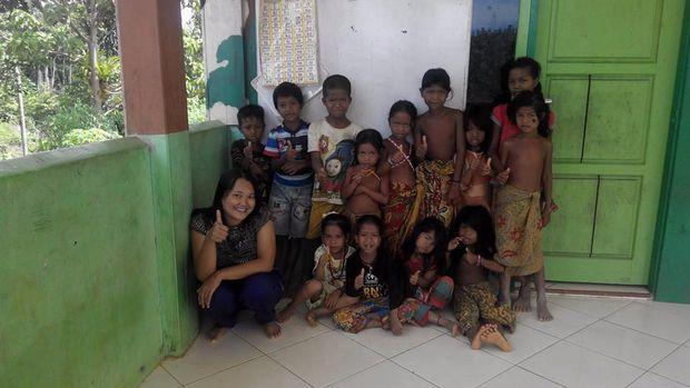 Suka-Duka Helen Mengajar Anak-anak Pribumi di Pedalaman Riau