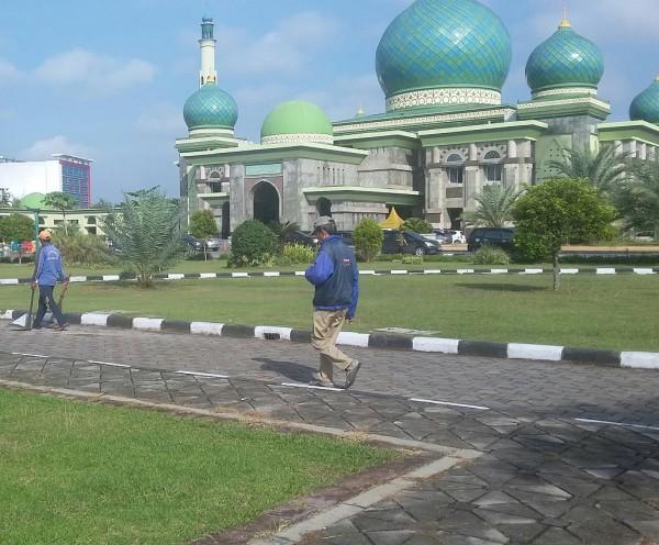 Halaman Masjid Annur Riau Jadi Tempat Favorit Lansia Berolahraga