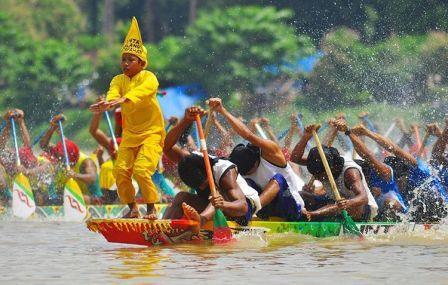 Pesona Festival Pacu Jalur Teluk Kuantan Riau