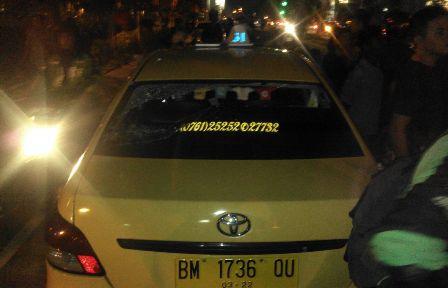 Tak Terima Rekannya Dipukul, Pengemudi Gojek Ngamuk Hancurkan Mobil Taksi di Pekanbaru