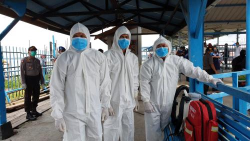 Penumpang Kapal Domestik Dicek Suhu dan Disemprot Disinfektan