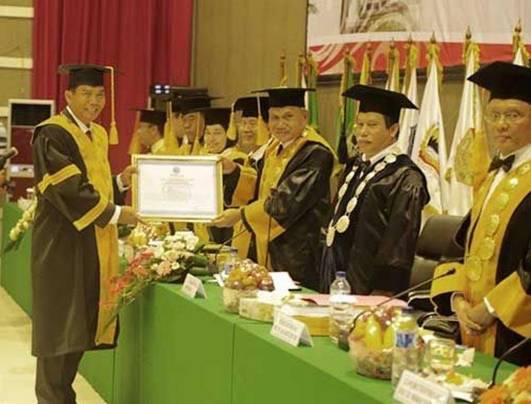 Walikota Pekanbaru Firdaus Dikukuhkan menyandang Gelar Doktor dari  IPDN Jatinangor
