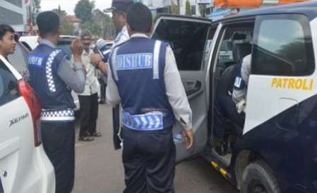 Dinas Perhubungan Kota Pekanbaru mengaku kesulitan untuk menertibkan ribuan kendaraan travel ilegal
