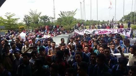 Peringati Hari Pendidikan Nasional, Mahasiswa UIN Suska Riau Demo di Rektorat