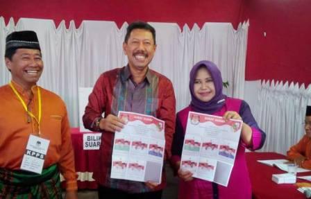 Bawa Istri, Penjabat Wako Pekanbaru Nyoblos Di TPS 18 Kelurahan Labuh Baru Barat