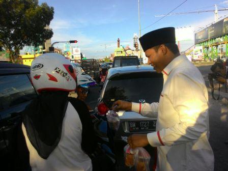 Ketua PDIP Riau,Kordias Pasaribu Turun Langsung Bagikan Takjil Gratis di Sejumlah Titik di Pekanbaru