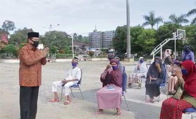 Dibeli di Warung Kecil, Achmad Bagikan 10 Ton Beras Untuk Warga