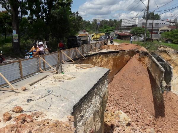 Jalan Longsor Hang Tuah Ujung Baru Diperbaiki