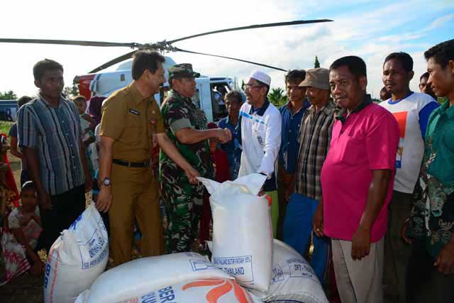 Danrem dan BPBD Provinsi Riau Bantu Korban Banjir